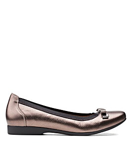 Clarks Unstructured Un Darcey Bow Wide Fitting Shoes
