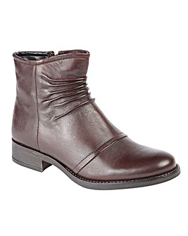 Lotus Bannock Round Toe Ankle Boots